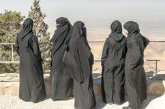 有黑面纱的妇女在登上Nebo 免版税库存图片