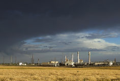 有暴风云的炼油厂 免版税库存照片