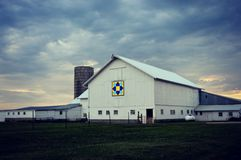 有暴风云的谷仓 库存照片