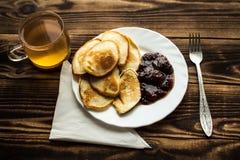 有素食主义者pancackes的板材与果酱叉子 免版税库存照片