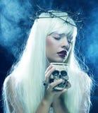 有头骨的天使长的头发妇女 库存照片