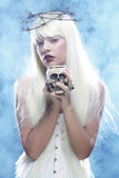 有头骨的天使长的头发妇女 库存图片