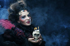 有头骨的妇女 播种被扩大的火光灵活性光晕月光奥秘影子蜘蛛网的大明亮的铸件古怪 免版税图库摄影