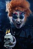 有头骨的美丽的幻想妇女 播种被扩大的火光灵活性光晕月光奥秘影子蜘蛛网的大明亮的铸件古怪 免版税库存照片