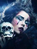 有头骨的幻想妇女 播种被扩大的火光灵活性光晕月光奥秘影子蜘蛛网的大明亮的铸件古怪 库存照片