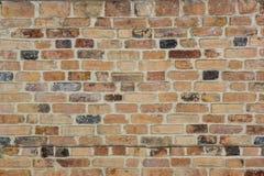 有黑,红色和浅红色的砖的年迈的砖墙 免版税库存照片