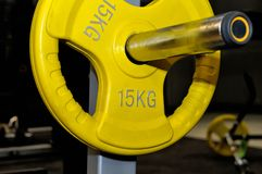 有15 kg的题字的黄色杠铃板材 免版税库存图片