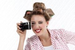 有35mm照相机的妇女 库存图片