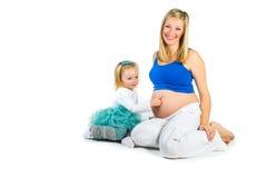 有2 yo女儿的孕妇 库存图片