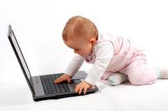 有11个婴孩的乐趣膝上型计算机 库存照片