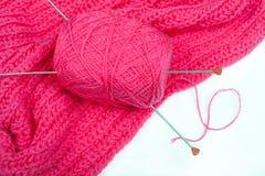 有2根针的桃红色线团在粉红色被编织的亚麻布 免版税库存图片