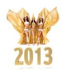 有2013新年度金符号的三位肚皮舞表演者 库存图片