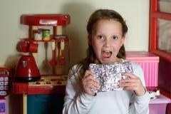 有Afikoman的女孩是残破的逾越节Seder matzah的半片断  免版税图库摄影