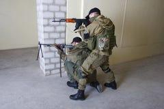 有AK-47 ang RPD枪的叛乱者 免版税库存图片