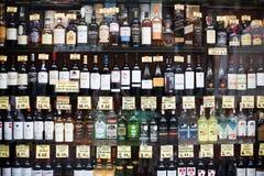有alchocol的许多瓶在商店显示 免版税库存图片