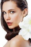 有Amarilis花关闭的年轻俏丽的妇女在白色 免版税库存照片