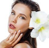 有Amarilis花关闭的年轻俏丽的妇女 库存图片