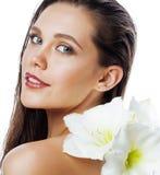 有Amarilis花关闭的年轻俏丽的妇女 图库摄影