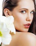 有Amarilis花关闭的年轻俏丽的妇女 免版税库存图片