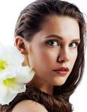 有Amarilis花关闭的年轻俏丽的妇女 免版税库存照片