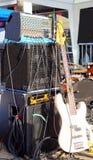 有amp和机架的低音吉他 库存照片