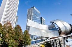 有Ampitheatre屋顶的千禧公园有高高层建筑物的 免版税库存照片