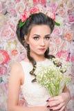 有Baby&的x27新娘; s在花背景的呼吸花束 库存照片