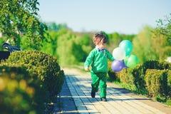 有baloons的男孩 免版税库存照片