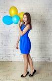 有baloons的青少年的女孩 库存图片