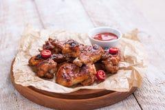 有bbq的烤烤肉鸡翼调味,意大利草本、橄榄油和胡椒 免版税库存图片