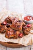 有bbq的烤烤肉鸡翼调味,意大利草本、橄榄油和胡椒 库存照片