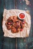 有bbq的烤烤肉鸡翼调味,意大利草本、橄榄油和胡椒 图库摄影