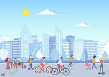 有bikecycles的, hoverboards,走和放松在有现代城市地平线的都市城市广场街道的婴孩人们  皇族释放例证