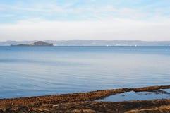 有Bisentina海岛的湖Bolsena 免版税库存照片