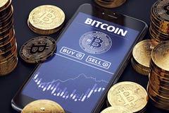 有Bitcoin图的智能手机屏幕上在堆Bitcoins中 Bitcoin贸易的概念 免版税库存照片