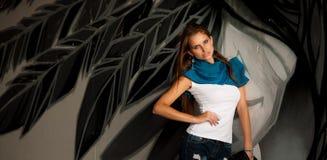 有blured graffitti的时髦的女人在背景中 免版税库存照片