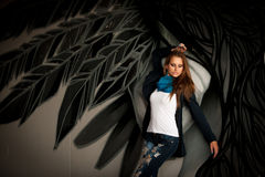 有blured graffitti的时髦的女人在背景中 免版税图库摄影