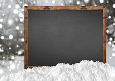 有blurr森林和雪的空白的黑板 库存照片