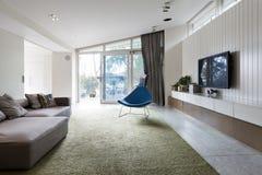 有blutterfly有角度的roofline的现代垂悬的客厅和墙壁 免版税库存图片