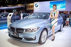 有BMW 320d GT豪华汽车的未认出的女性赠送者 库存照片