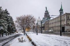 有Bonsecours市场和Notre贵妇人de好的妙语Secours教堂的在一雪天期间-蒙特利尔,魁北克,加拿大老蒙特利尔 库存照片