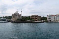 有Bosphorus桥梁的-欧洲和亚洲之间的连接Ortakoy清真寺在伊斯坦布尔,土耳其 免版税库存照片