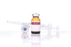 有botox、hualuronic,胶原或者流感注射器的玻璃医学小瓶 库存图片