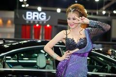 有BRG Carlsson汽车的未认出的女性赠送者 免版税库存图片