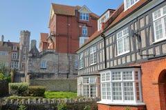 有brickstone和石板屋顶的中世纪房子有维多利亚女王时代的修造的Purbeck的在背景安置旅馆, Swanage 免版税库存照片