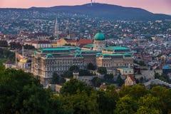 有Buda小山和马赛厄斯教会的布达佩斯,匈牙利-美丽的布达城堡王宫 免版税库存图片