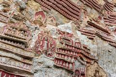 有Buddhas雕象的古庙和宗教雕刻在神圣的Kaw笨蛋洞的石灰石岩石在缅甸的Hpa-An附近 库存照片
