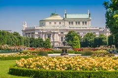 有Burgtheater的,维也纳,奥地利Volksgarten公园 免版税库存图片