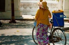 有bycicle和帽子的亚裔妇女 免版税库存图片