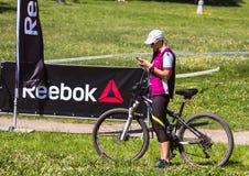 有bycicle的一名妇女 莫斯科健身节日在公园 库存图片